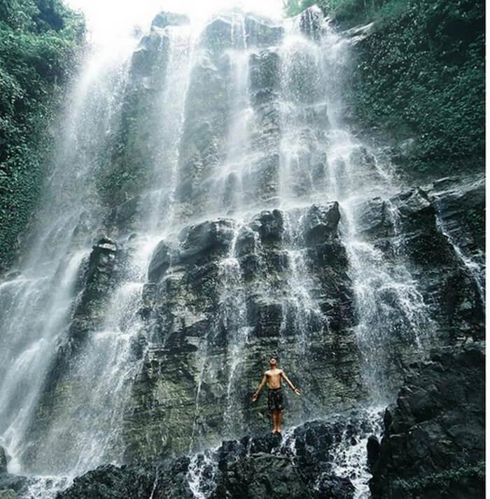 pengunjung tempat wisata cilacap ini bisa berdiri dan merasakan langsung air yang mengalir dari atas tebing dengan naik ke atas undakan tebing