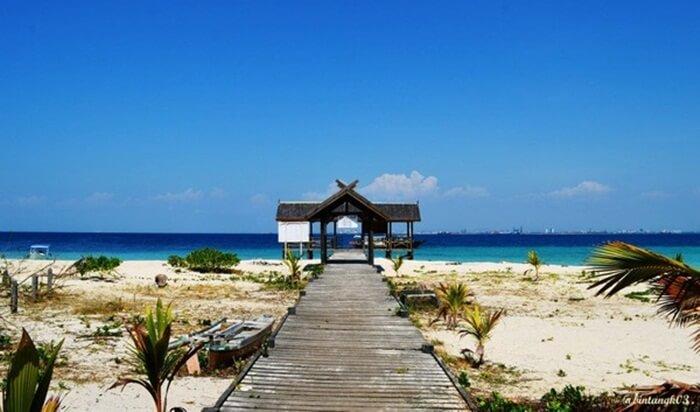 dermaga pulau terbuat dari kayu siap menyambut pengunjung pulau samalona nan indah