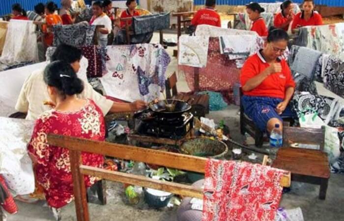 . Tempat wisata Sragen ini berada di pinggiran kali (sungai), industri batik di sana juga dikenal dengan sebutan Batik Girli (Pinggir Kali).