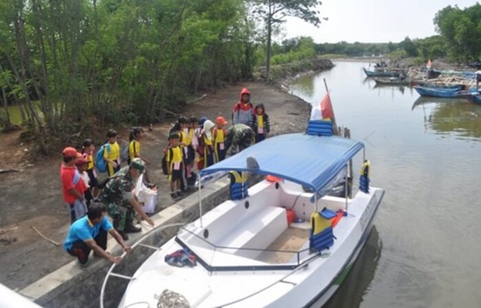 Hal yang menarik dari tempat wisata kendal ini adalah Pengunjung dapat menikmati suasana pantai berpadu mangrov e.