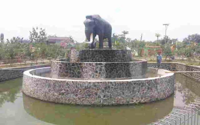 Di tempat wisata Dragen ini terdapat sebuah patung gajah purba sebagai icon.