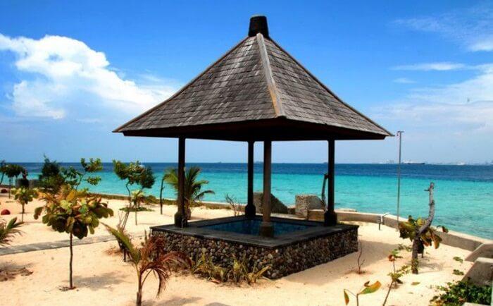 gazebo di Sudut Pulau Samalona memebrikan tempat pada pengunjung untuk menikmati pantai dengan santai