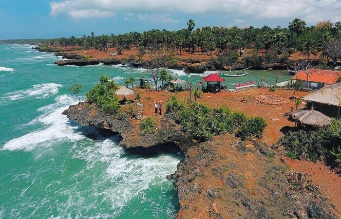 Tempat wisata Madura Gili Iyang punya daya pikat sebagai wisata kesehatan. Pasalnya, pulau tersebut terkenal dengan kadar oksigen tertinggi di dunia, yakni 21,5 persen.