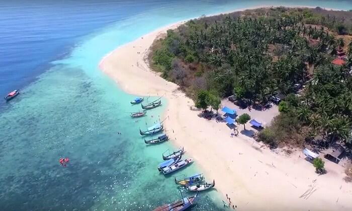 Objek Wisata Pantai Gili Labak menawarkan begitu banyak hal yang bisa dilakukan, sembari menikmati keelokan tempat wisata Madura ini