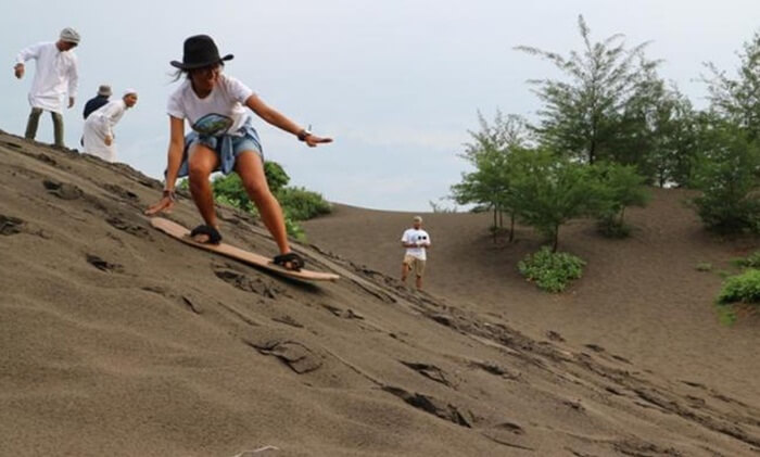 Gumuk Pasir Parangkusumo adalah gundukan pasir yang terletak di dekat pantai. Tempat wisata Bantul ini terbentuk secara alami dengan jangka waktu yang lama.