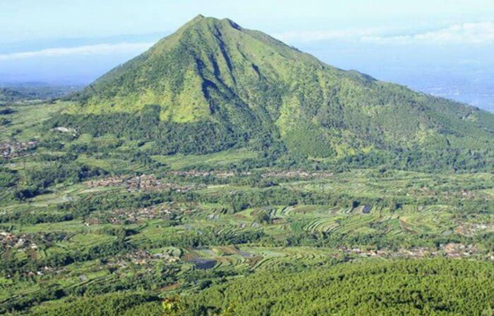 Destinasi Wisata Gunung Kemukus di Sragen Jawa Tengah adalah tempat wisata yang ramai dengan wisatawan pada hari biasa maupun hari liburan