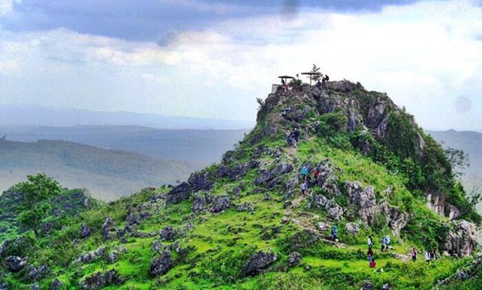 Tempat wisata Blora ini terletak di perbukitan kapur dengan ketinggian 250 meter dari permukaan laut