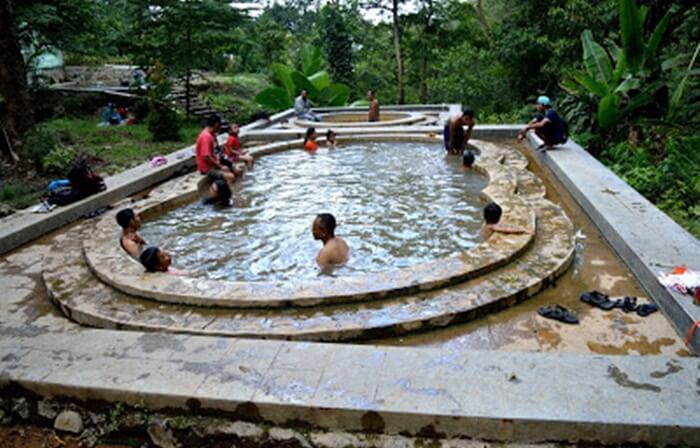 di tempat wisata Tegal ini Ada kolam air dingin yang letaknya tidak jauh dari kolam air panas
