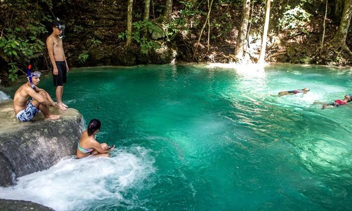 kolam alam pulau moyo terdapat di bawah air terjunny ayang indah bertingkat