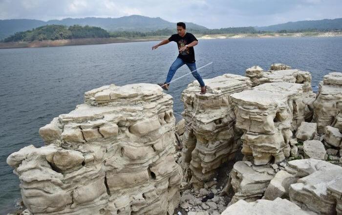 di tempat wisata wonosobo ini Bebatuan yang membentuk seribu lubang cantik inilah yang banyak dicari oleh pemburu destinasi wisata.