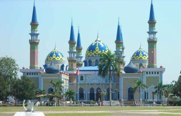 Aristektur masjid Agung tempat wisata Tuban ini memadukan ragam budaya dari berbagai negara. Seperti Arab, Turki, dan India.
