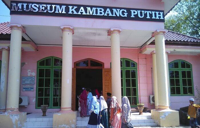 Museum Kambang Putih merupakan satu-satunya tempat wisata Tuban berupa museum. Lokasi Museum berdekatan dengan makam Sunan Bonang,