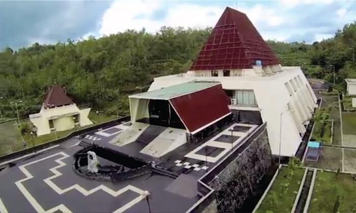 Tempat wisata Wonogiri berupa museum Karst ini, bangunanannya berbentuk limas. Museum dikelilingi bukit kapur pegunungan sewu, sekilas bangunan seperti gunung.