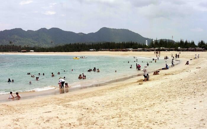 Pantai tempat wisata Aceh ini merupakan pantai yang langsung menuju samudera hindia. Meskipun langsung menuju laut lepas, ombak di pantai ini tidak keras dan relatif tenang.