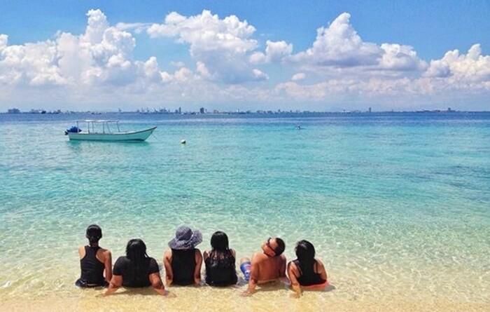 Pantai pulau samalona yang menghadap kota Makassar.