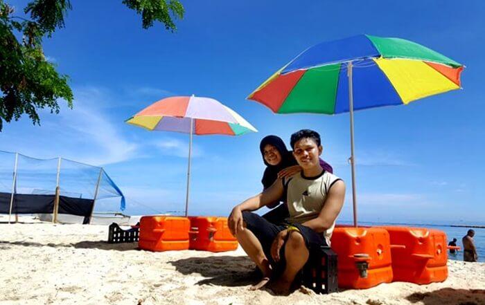 payung pantai pulau samanola disediakan utnuk dudu menikmati pantai ditemani kelapa muda