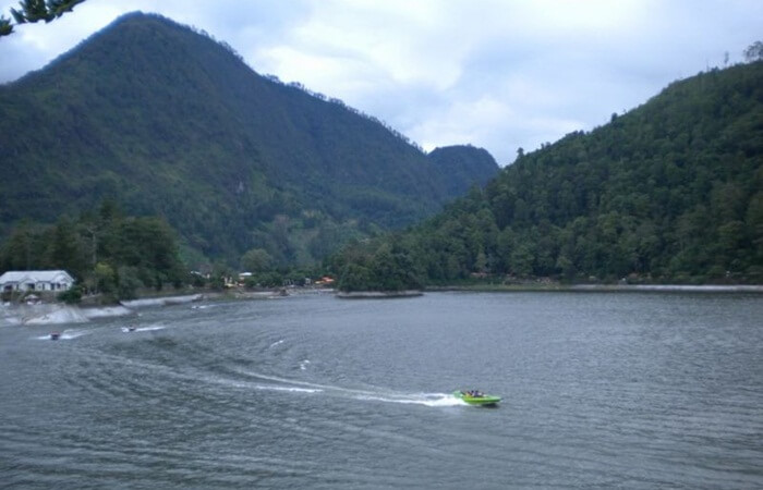 Telaga Sarangan adalah telaga tempat wisata Magetan yang terbentuk secara alami. Danau ini berada di ketinggian 1.200 mdpl.