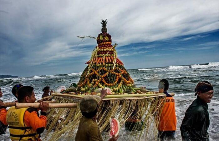 Tempat wisata Cilacap Jawa memiliki keunikan dari daerah lain. Cilacap memiliki wisata alam, pantai, sejarah, religi, wisata Cilacap yang populer
