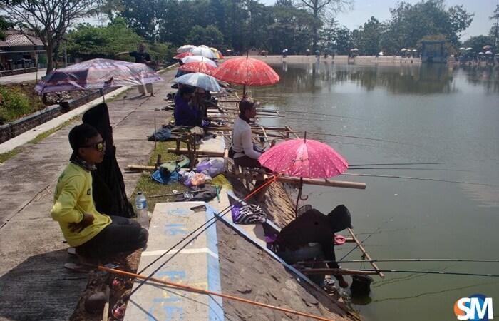 Salah satu kegiatan utama di waduk tempat wisata sragen ini adalah memancing.