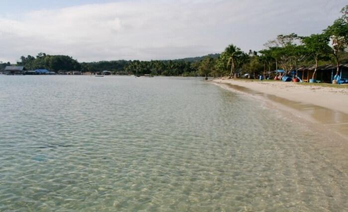 Pantai tempat wisata Kendari ini, sangat cocok untuk mandi dan berenang di laut.