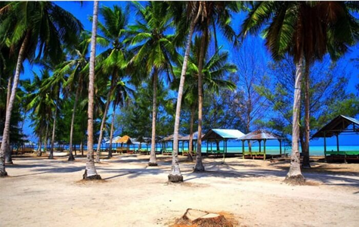 Tempat wisata Kendari Pantai Toronipa, adalah tempat santai yang indah yang menghadap ke Laut Banda yang indah