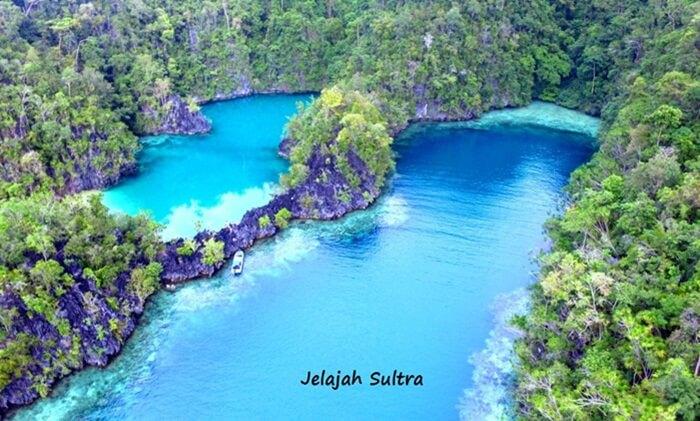 Tempat wisata Kendari Kepulauan Labengki sering disebut sebagai miniatur Raja Ampat di Sulawesi.