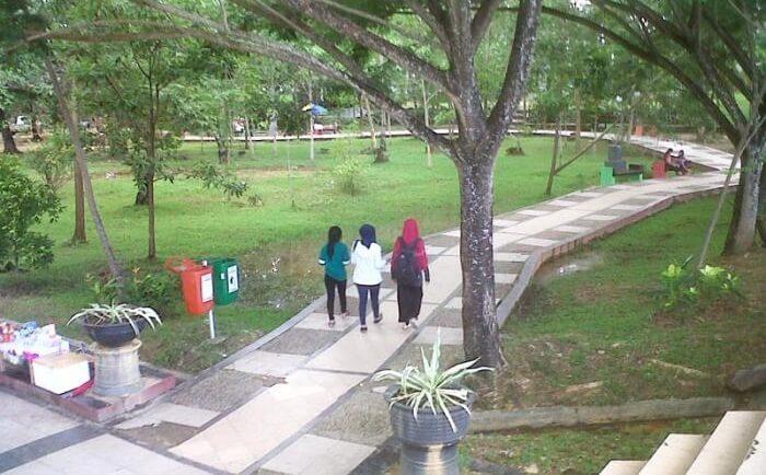 Taman kota Kendari yang berada ditengah-tengah kota Kendari. Tempat wisata kendari ini merupakan salah satu tempat kunjungan andalan anak-anak remaja Kendari