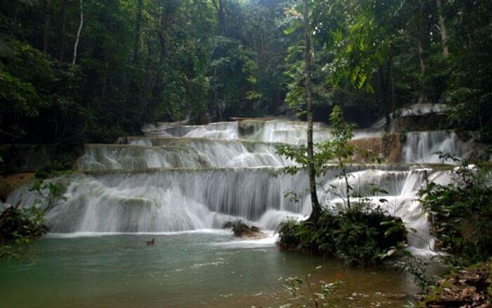 Air terjun tempat wisata Kendari ini juga memiliki beberapa kolam yang bisa kita jadikan tempat untuk pemandian/berendam.
