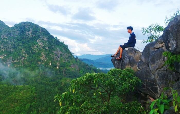 Aku, langit, dan Hutan menyatu di bukit langara.