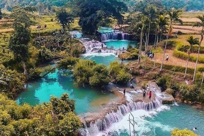 Air Terjun Waikelo Sawah merupakan salah satu sumber air di Sumba yang tidak pernah kering. Terletak di daerah dengan topografi perbukitan dan lokasi sejuk, menambah pesona lokasi ini.