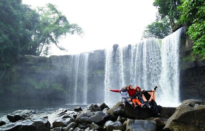 Air terjun Riam Meresap dapat dibilang sebagai miniatur Air Terjun Niagara di Amerika Serikat. Memiliki ketinggian sekitar 20 meter dan lebar 8 meter, air terjun ini unik dengan bentuk curahan airnya yang seperti tirai.