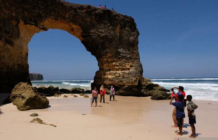 batu berlubang di pantai mbawana dapat menjadi latar foto yang instagramable