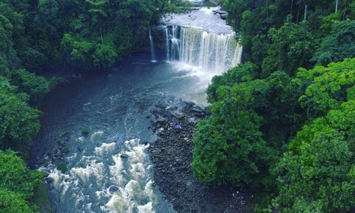 Air terjun Merasap berada Di tengah hutan yang hijau segar