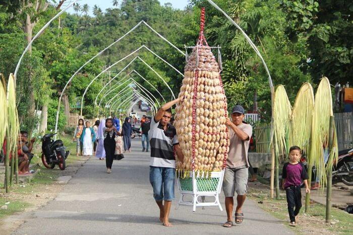 warga desa adat bubohu bergotongroyong Menyiapkan kue Kolombengi untuk acara walima