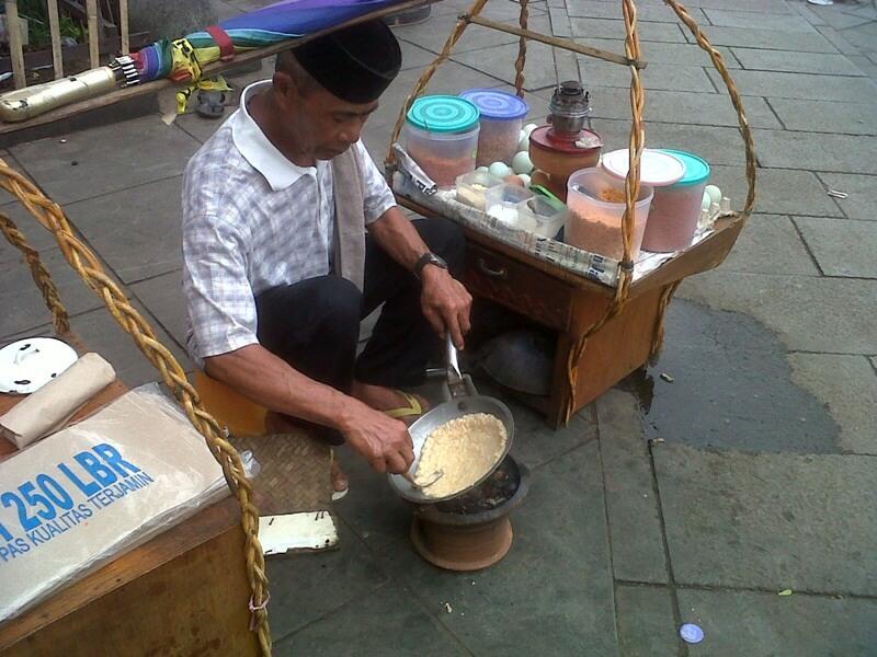 Pak Tatang Penjual Kerak Telor Di Kota Tua