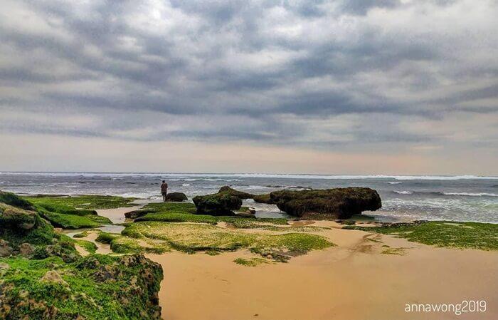 karena tergolong etrpencil. suasana pantai mbawana jadi sepi dan damai