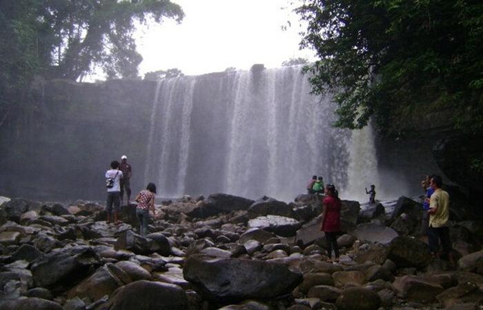 keindahan penampilan air terjun riam merasap memebuat lokais ini menjadi salah satu tujuan wisata