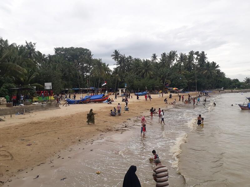 Bermain Air Di Pantai Kelapa