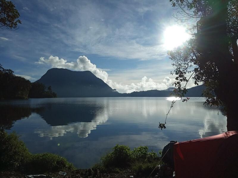 danau elok yang dikelilingi gunung