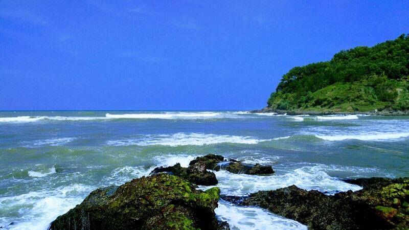 Keindahan Pantainya Dihiasi Bukit Yang Hijau