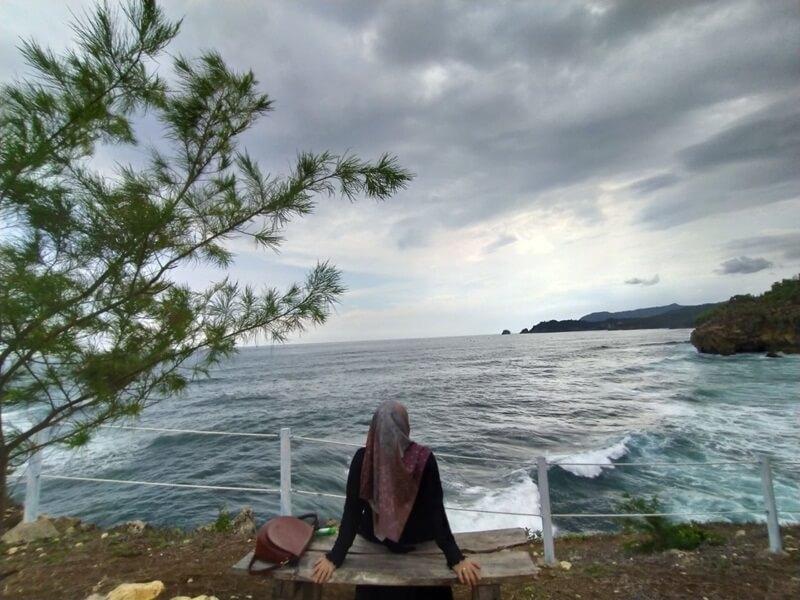 Menikmati Keindahan Pantai Watu Bale