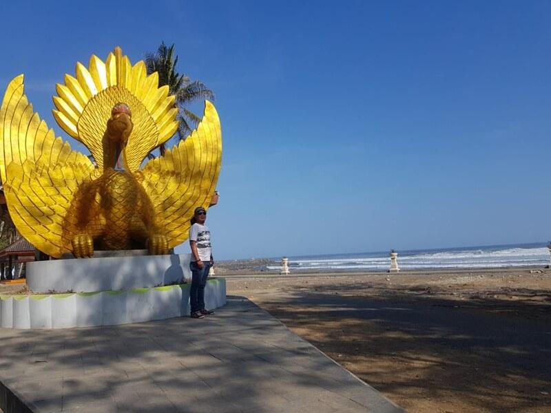 Patung Yang Ikut Menghiasi Pantai Karang Bolong Kebumen