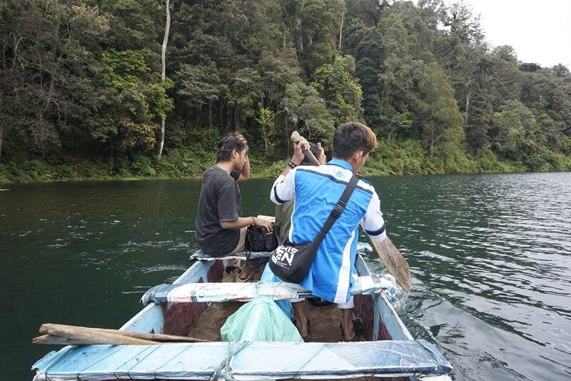 naik perahu di danau gunung tujuh
