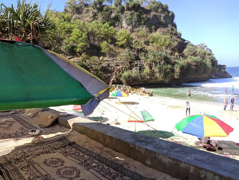 Bersantai Menikmati Indahnya Pantai Nguyahan