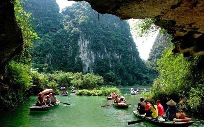 Untuk mengunjungi Rammang Rammang pengunjung harus menggunakan jasa perahu. Katinting, demikian istilah warga lokal menyebut perahu kecil untuk mengarungi sungai pute ini.