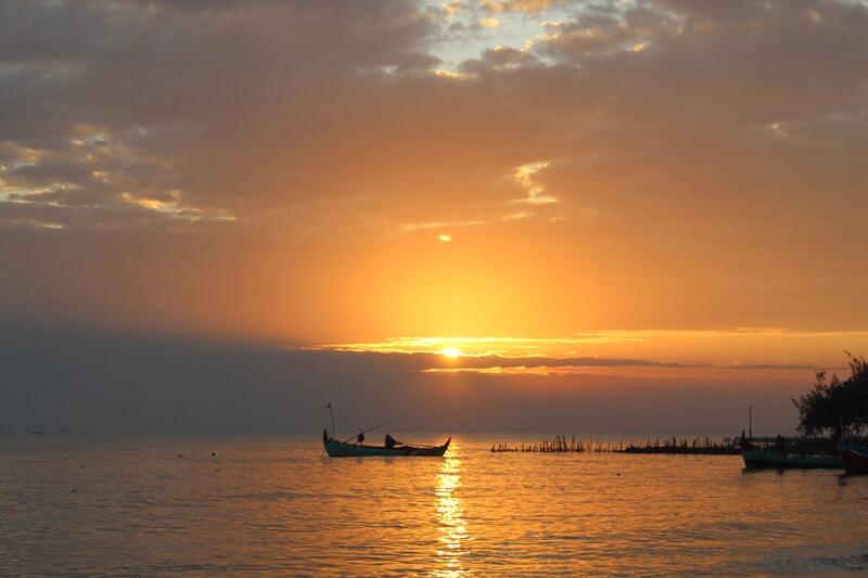 Menyaksikan Indahnya Sunset Di Pantai Wates