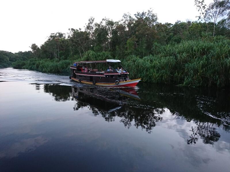 Menyusuri Sungai Dengan Perahu Klotok