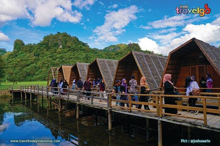 Fasilitas penunjang di Rammang-Rammangada tersedia Kafe dan penginapan terapung