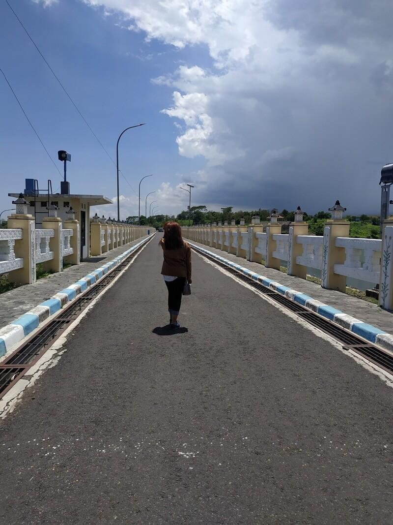 Berfoto Bersama Jembatan Yang Kece