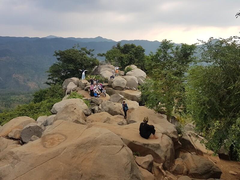 Puncak Bukit Gunung Batu Karang